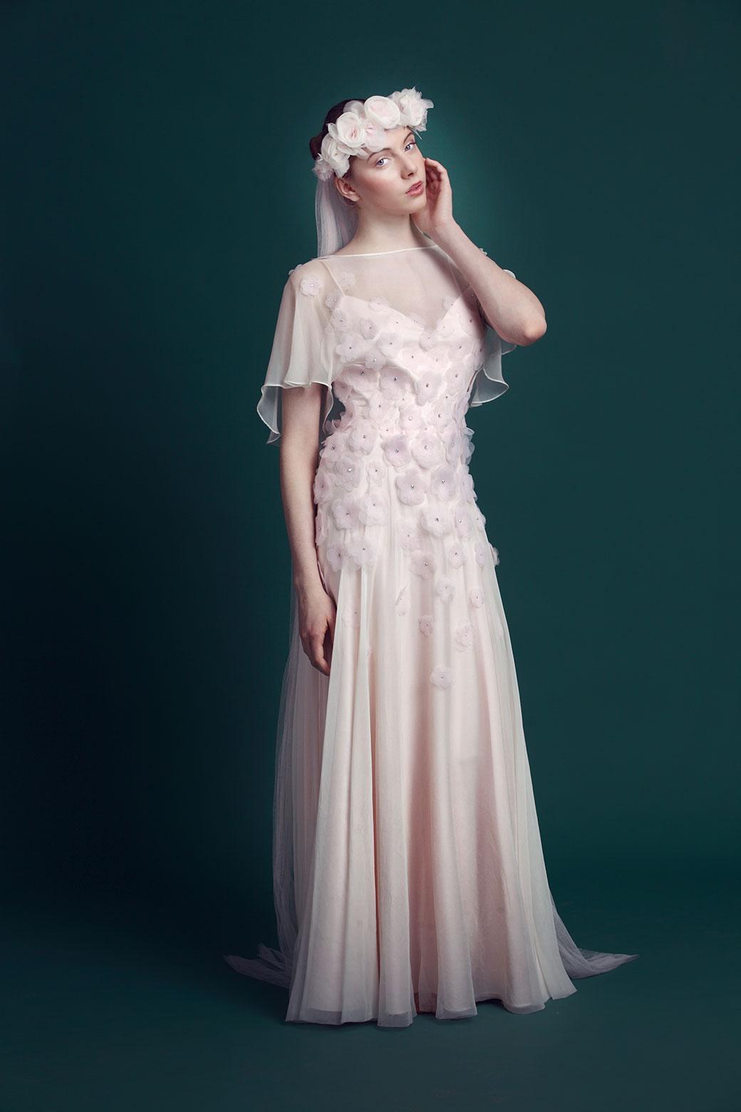 Svatební šaty, laserem vyřezávané květy s motivem šípkových růží a krystaly Preciosa