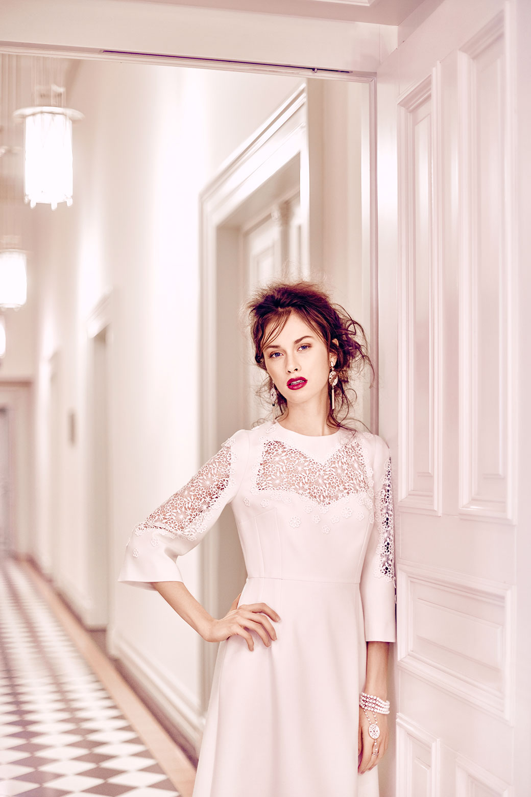 Pouzdrové šaty - s krajkovými vsadkami<br>foto - Ondřej Košík, makeup and hair - Natálie Hostačná, šperky - Style Avenue<br>hotel Boscolo Prague