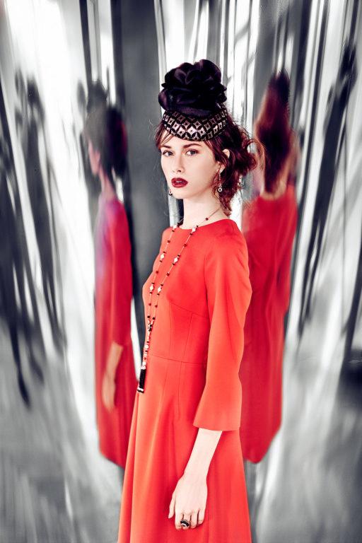 Červené pouzdrové šaty