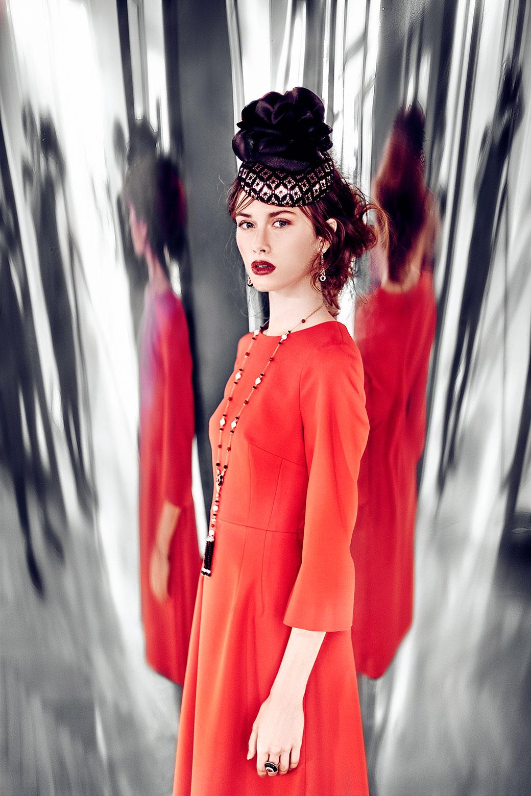 Červené pouzdrové šaty<br>foto - Ondřej Košík, makeup and hair - Natálie Hostačná, šperky - Style Avenue<br>hotel Boscolo Prague