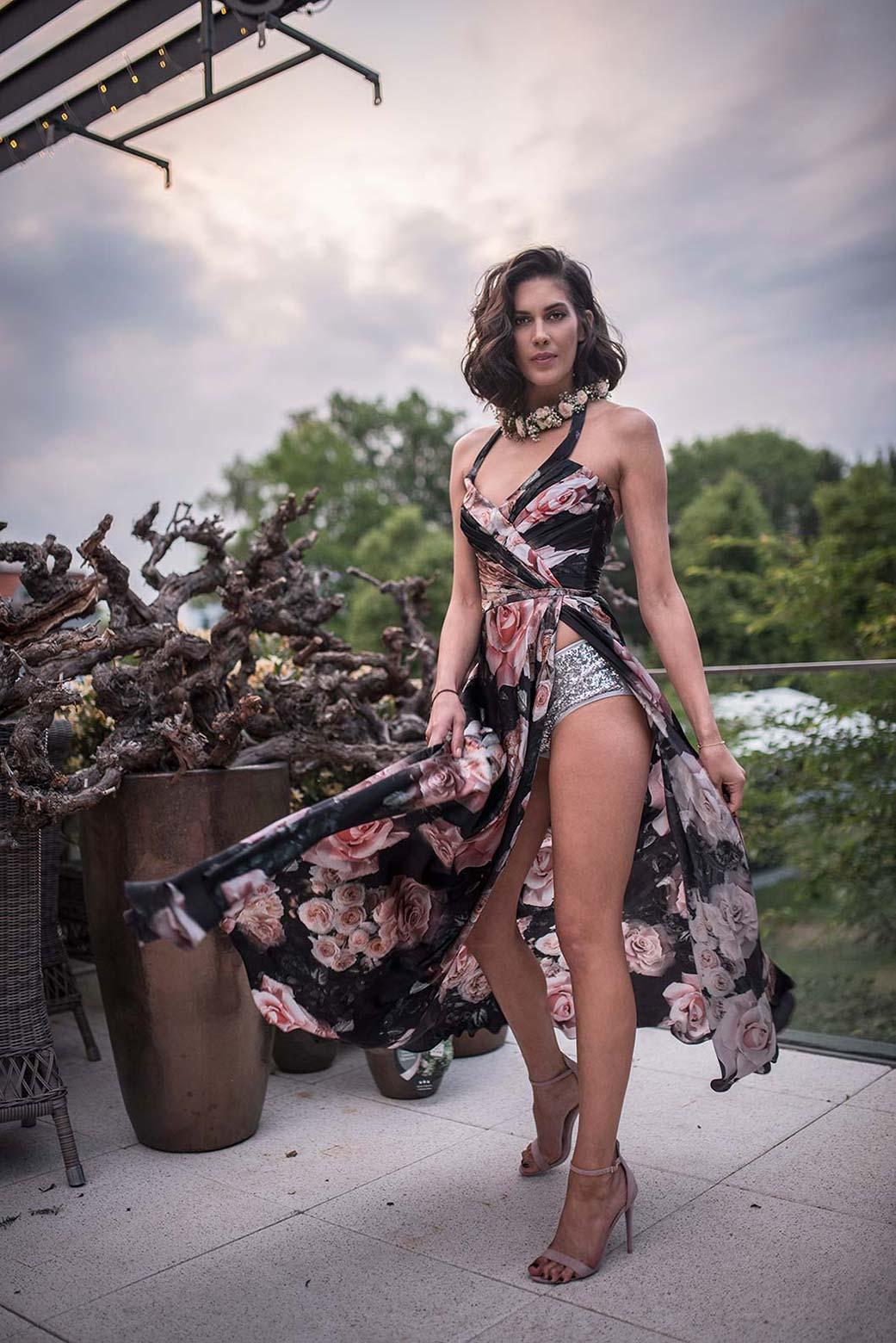 Show Flower feelings<br>- Aneta Vignerová, hedvábné šaty realizované na dražbu ve prospěch nadace Krása pomoci