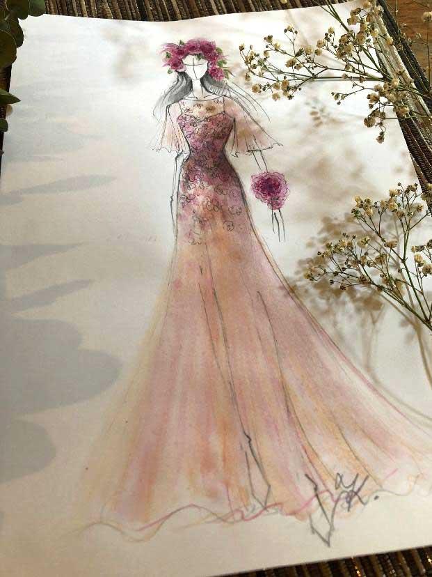 Šaty z hedvábného voálu a saténu, vyšívané laserem vyřezávanými květy a zdobené crystaly