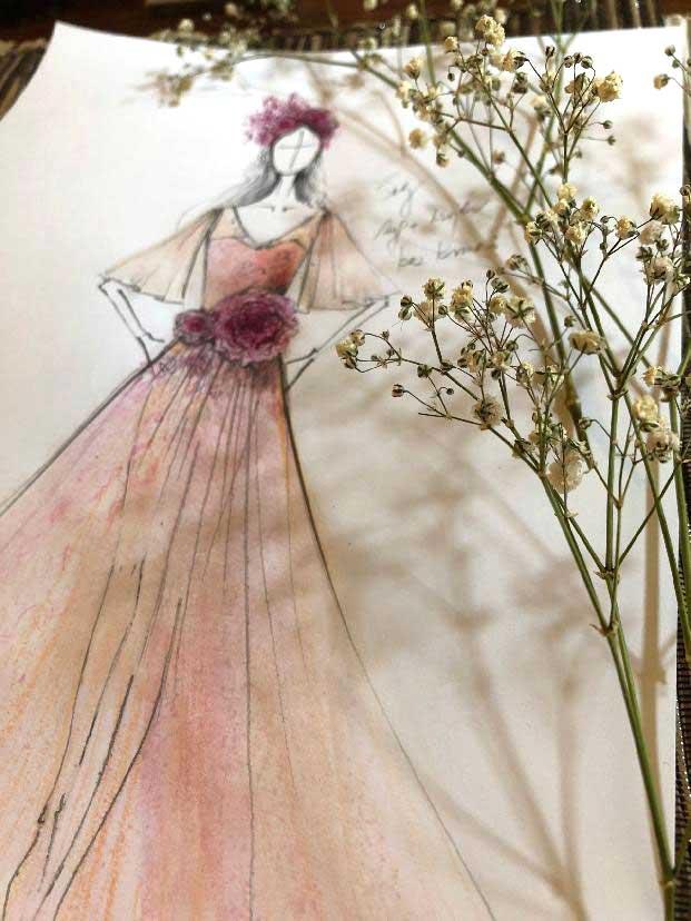 Tylové šaty kombinované s krajkou<br>a zdobené květinovými ozdobami