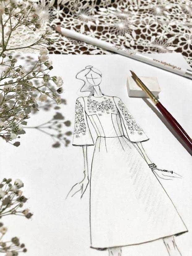 Bílé šaty doplněné krajkovými vsadkami na rukávech a dekoltu